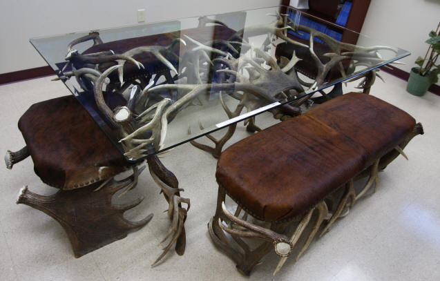 Handcrafted antler dining table with whitetail deer elk  : antler20dining20table7165 from www.alaskaantlerworks.com size 637 x 407 jpeg 45kB